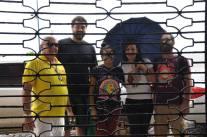 Prestes a adentrar o Cine Iracema: Vicente (o corretor), André, Patrícia, Hérika, Neco e Sara.